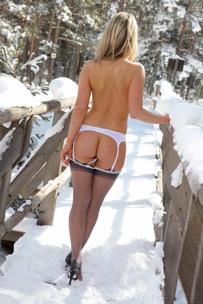 nude woman ass in snow