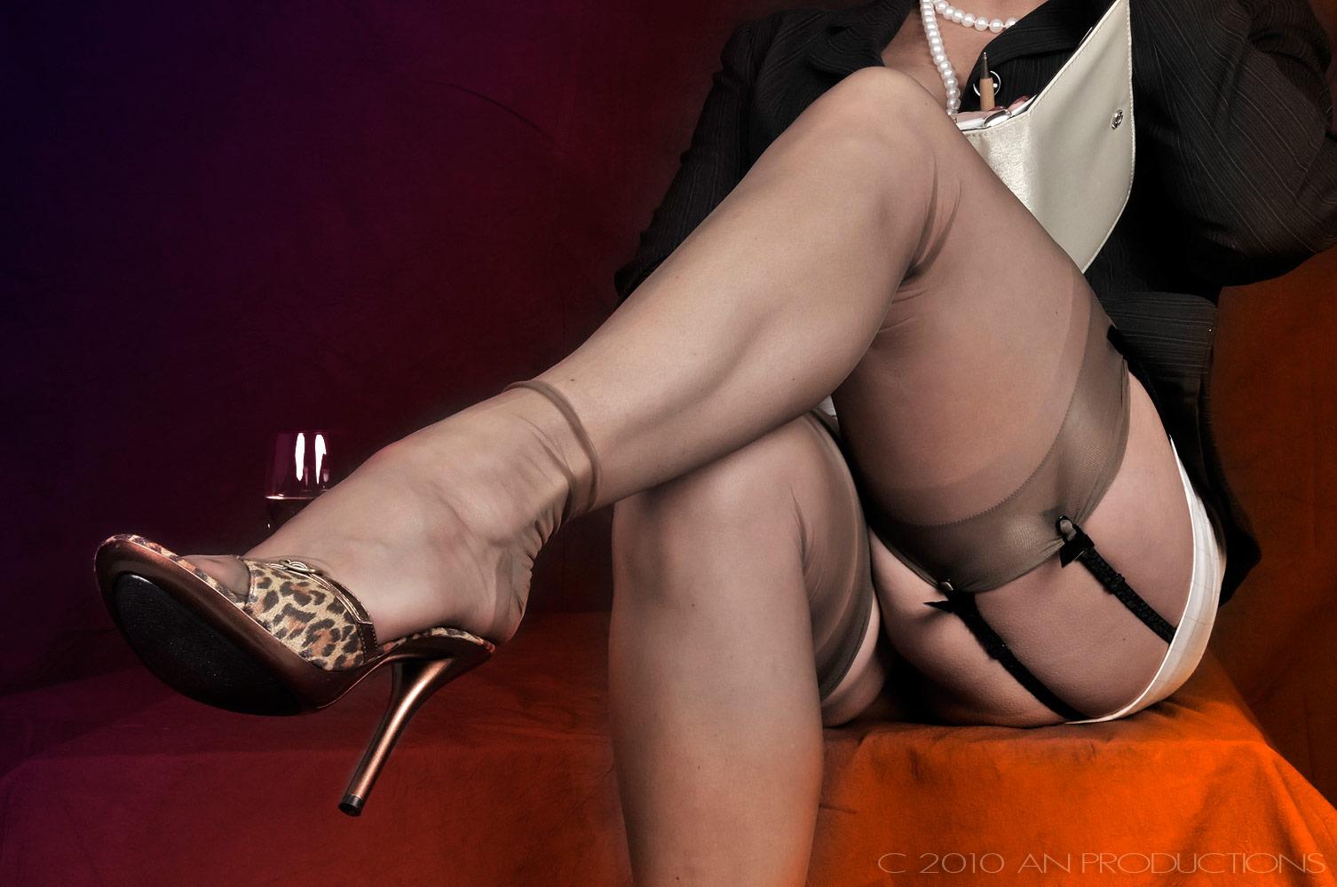 фото ноги госпожи на стуле